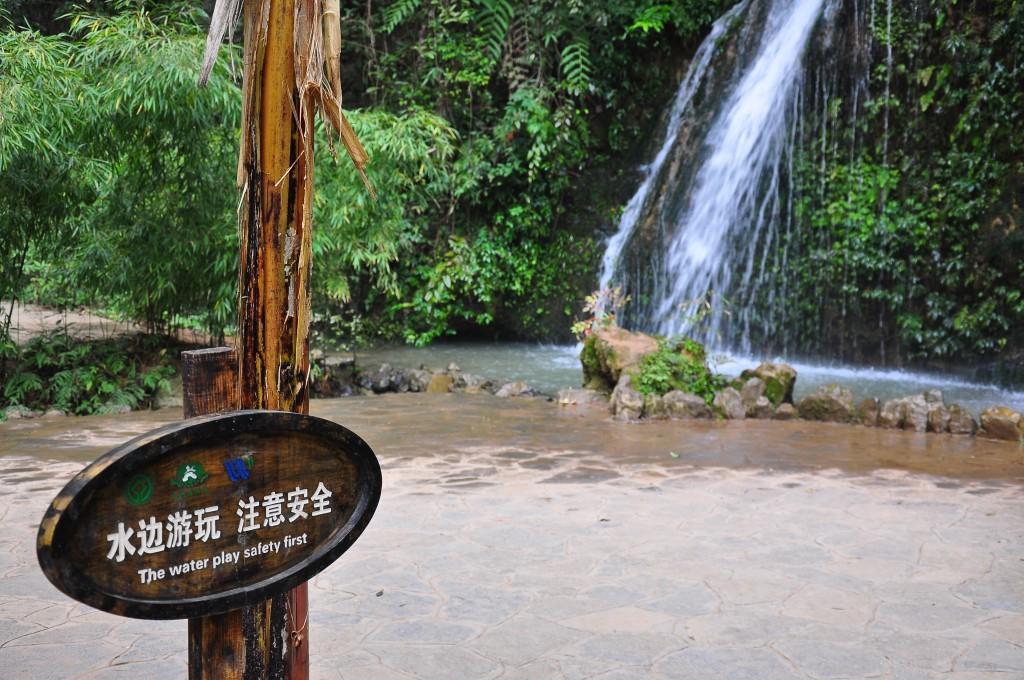 水边游玩 注意安全 [Shuǐbiān yóuwán zhùyì ānquán] เล่นน้ำ ระวังความปลอดภัย